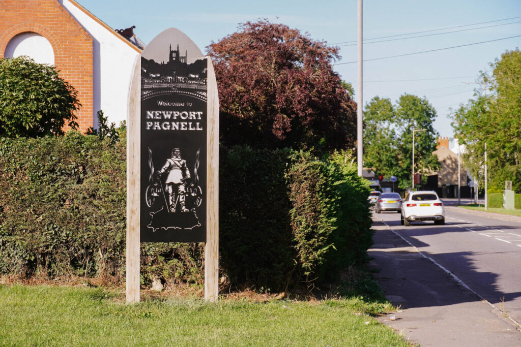 Newport Pagnell Gateway sign representing Civil War.